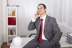 Fälliger Geschäftsmann, der am Telefon spricht Lizenzfreie Stockfotos