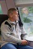 Fälliger männlicher Reisender in einer grauen Wolljacke Stockbild