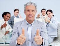 Fälliger Manager, der einen Erfolg mit seinem Team feiert Lizenzfreie Stockfotos