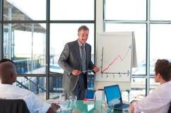 Fälliger Manager, der in einer Darstellung spricht Lizenzfreies Stockfoto