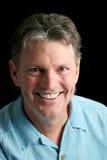 Fälliger Mann auf Schwarzem - großes Lächeln Stockbilder