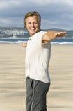 Fälliger Mann, der auf Strand lacht. Lizenzfreie Stockfotos