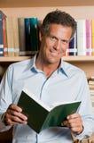 Fälliger Mann in der Bibliothek Stockfoto
