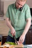 Fälliger Mann, der eine Mahlzeit vorbereitet Lizenzfreies Stockbild