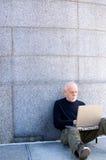 Fälliger Mann, der einen Computer verwendet Stockfotos