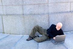 Fälliger Mann, der einen Computer verwendet Lizenzfreies Stockbild