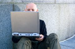 Fälliger Mann, der einen Computer verwendet Lizenzfreie Stockfotografie