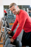Fälliger Mann an der Gymnastik Lizenzfreie Stockbilder