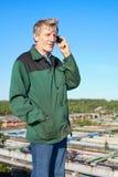 Fälliger Mann, der am Telefon spricht Stockfotografie