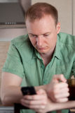Fälliger Mann, der zu Hause arbeitet Lizenzfreies Stockbild