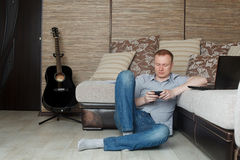 Fälliger Mann, der zu Hause arbeitet Stockfoto