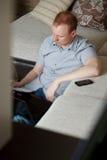Fälliger Mann, der zu Hause arbeitet Stockfotos