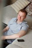 Fälliger Mann, der zu Hause arbeitet Stockfotografie
