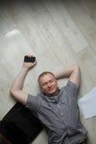 Fälliger Mann, der zu Hause arbeitet Lizenzfreie Stockbilder