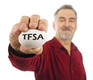 Fälliger Mann hält weißen Notgroschen mit TFSA auf ihm an. Stockbild