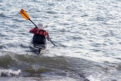 Fälliger Mann im Kanu. Lizenzfreies Stockbild