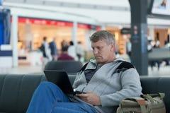 Fälliger Mann mit dem Laptop Lizenzfreie Stockbilder