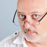 Fälliger Mann mit Gläsern Stockfoto