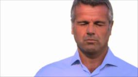 Fälliger Mann mit Gläsern stock video footage