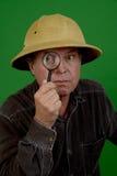 Fälliger Mann mit Vergrößerungsglas Lizenzfreies Stockfoto
