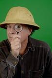 Fälliger Mann mit Vergrößerungsglas Lizenzfreies Stockbild