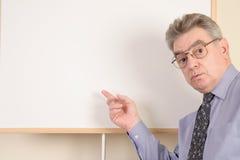 Fälliger Mann am whiteboard Stockfotografie
