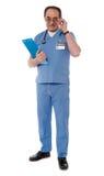 Fälliger medizinischer Fachmann, in voller Länge lizenzfreie stockfotos