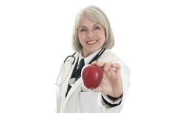 Fälliger weiblicher Doktor, der einen Apfel anhält lizenzfreie stockfotos