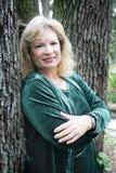 Fälliges blondes lehnt sich auf Baum Lizenzfreies Stockbild