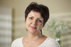 Fälliges Frauenlächeln Lizenzfreie Stockfotografie