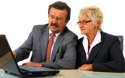 Fälliges Geschäfts-Team mit Laptop lizenzfreie stockfotos