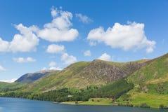 Fällt oder Berg-Buttermere See-Bezirk Cumbria England Großbritannien an einem schönen sonnigen Sommertag des blauen Himmels stockbilder
