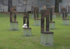 Fält av tomma stolar med vita Teddy Bear, oklahoma cityminnesmärke Royaltyfri Fotografi