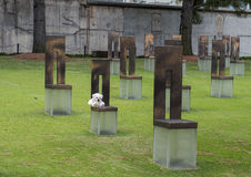 Fält av tomma stolar med vita Teddy Bear, oklahoma cityminnesmärke Arkivfoto