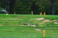 Fält för golfkörningsområde royaltyfri fotografi