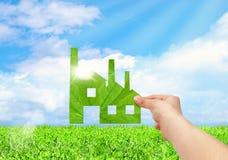 Fält för iconon för handhållfabrik och bakgrund för blå himmel, Eco gree Royaltyfri Fotografi
