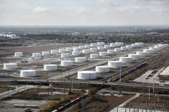 Fält för raffinaderi för oljebehållare Royaltyfria Bilder