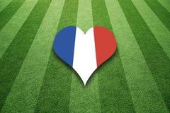 Fält för socccer för Frankrike flagga färgat hjärtaform Arkivbild