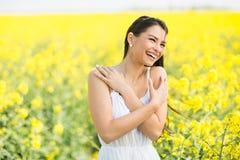 Fält för ung kvinna på våren arkivfoto