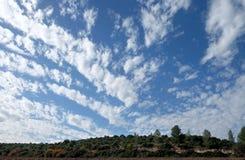 Fält, kullar och härlig himmel i Judea, Israel arkivfoton