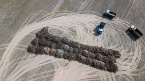 Fält med flygfotograferingsurret för organiska gödningsmedel Jordbruk royaltyfri bild