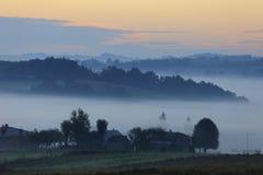 Fält och ängar under otta fördunklar - den Podkarpacie regionen, det Lesser Poland landskapet, Polen Royaltyfri Fotografi