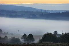 Fält och ängar under otta fördunklar i den Podkarpacie regionen, Polen Fotografering för Bildbyråer