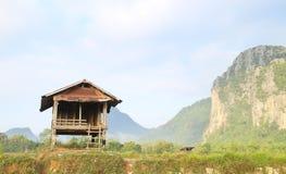 Fält och berg och stuga Fotografering för Bildbyråer