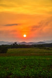 FÄLT- och bergsikten med solnedgånghimmelnaturen landskap bakgrund Arkivbilder