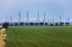 Fält och pyloner Arkivfoto