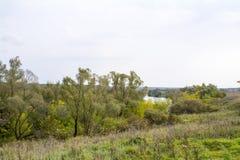 Fält och skogar i nedgången i centrala Ryssland - övreräckvidderna av den Oka floden Royaltyfri Foto