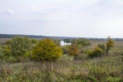 Fält och skogar i nedgången i centrala Ryssland - övreräckvidderna av den Oka floden Arkivbilder
