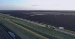 fält plogad traktor stock video