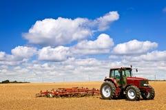 fält plogad traktor arkivbilder